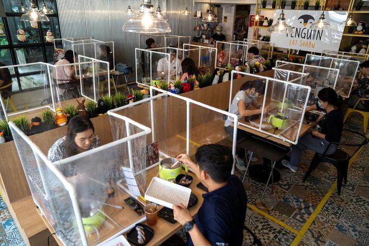 Люди обідають в ресторані Penguin Eat Shabu після його відкриття в Бангкоку, Таїланд