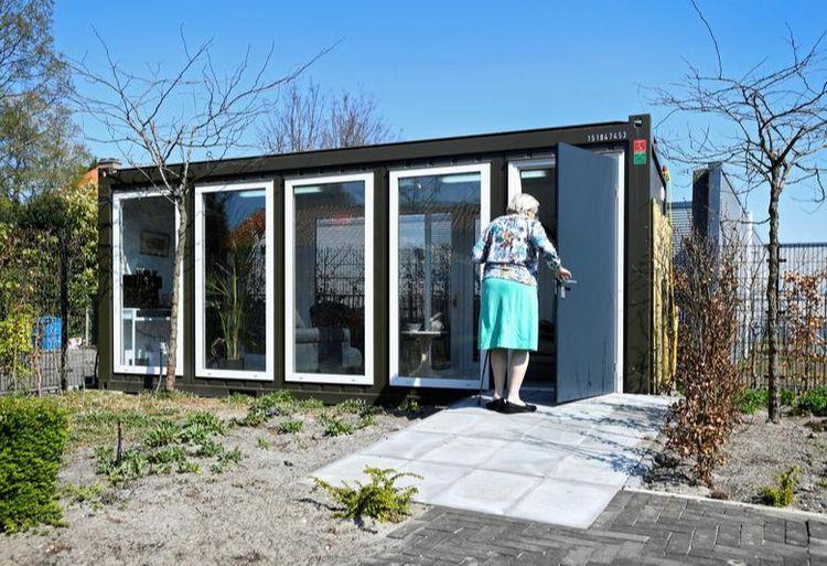 Жінка у будинку догляду за літніми людьми з деменцією, заходить у скляний будинок, зроблений спеціально для боротьби з самотністю, спричиненою забороною відвідування через спалах коронавірусу у Вассенаарі, Нідерланди
