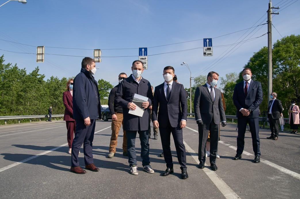 Зеленський на Закарпатті перевірив ремонт доріг в регіоні та відвідав пункт пропуску на кордоні з Угорщиною