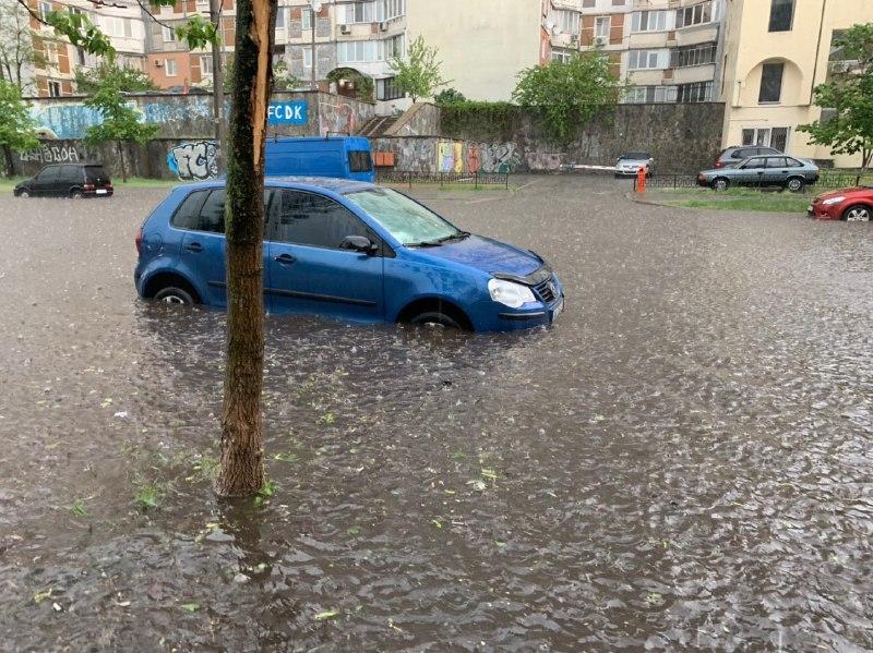У Києві злива з градом затопила вулиці з машинами і поламала дерева