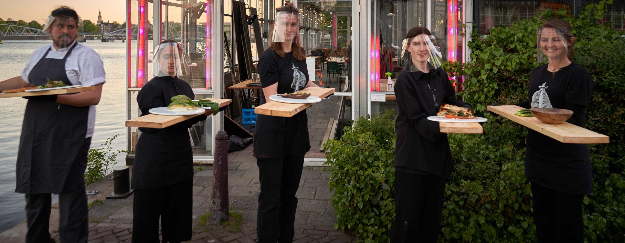 В Амстердамі відвідувачі ресторану їдять у скляних