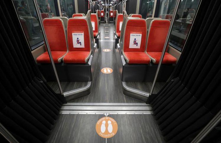 Символи, що вказують на соціальну відстань у трамваї в Ніцці, Франція