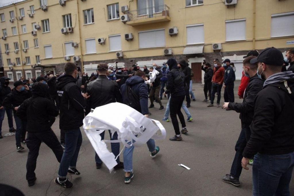 У Києві Нацкорпус влаштував пікет з петардами і фаєрами під офісом Медведчука
