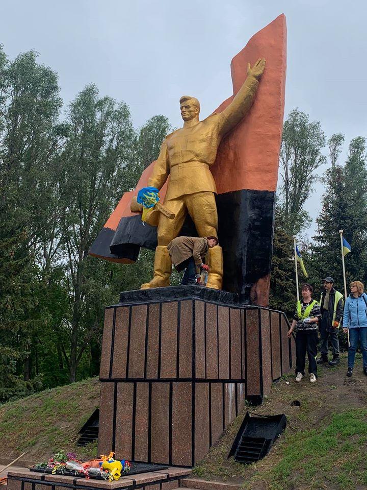 У місті на Донеччині прапор на меморіалі Слави розфарбували в чорно-червоні кольори: фото