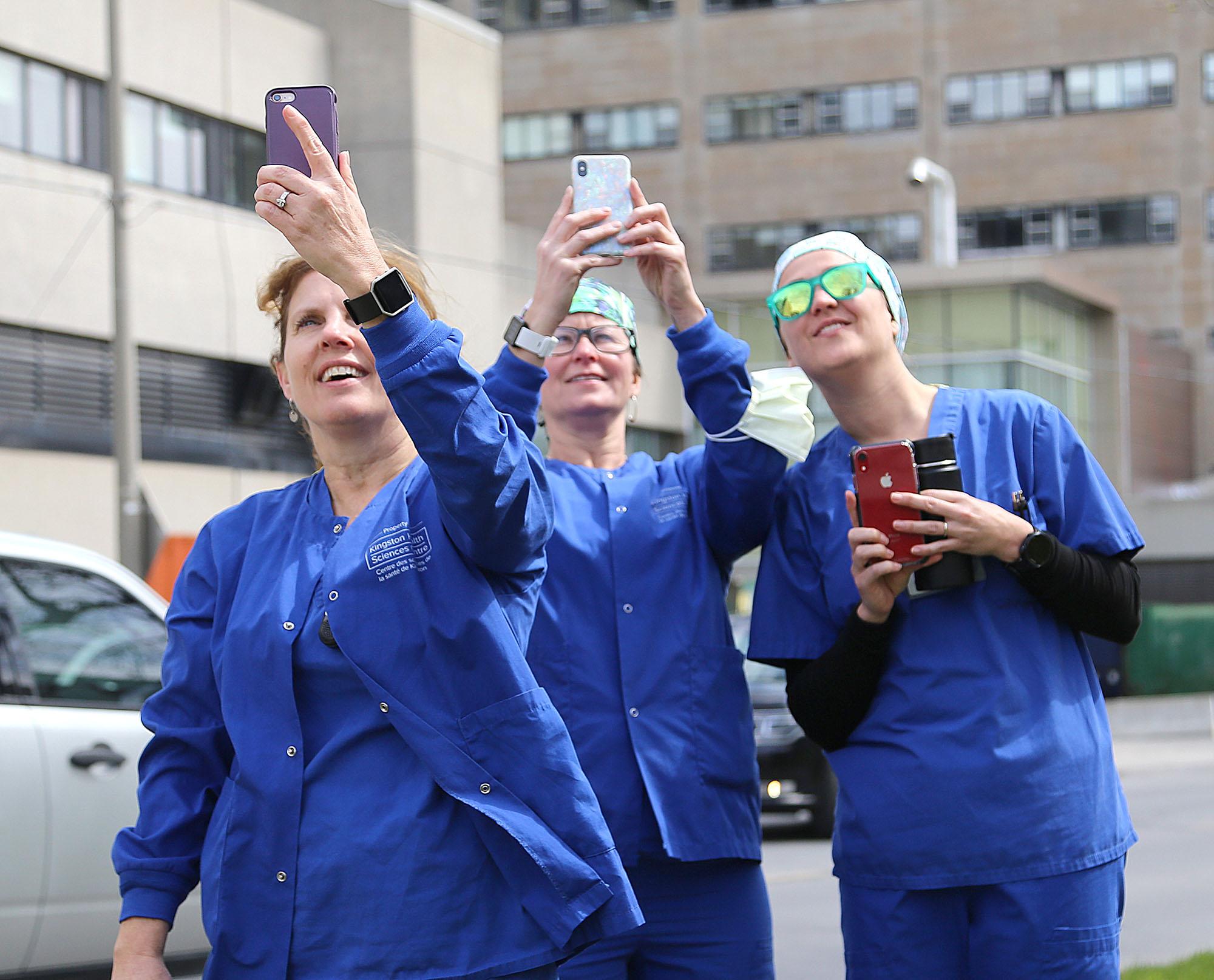 У Канаді салютують літаками медикам, які борються з COVID-19