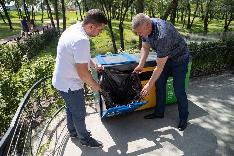 У Києві встановлюють контейнери для роздільного збору відходів у парках