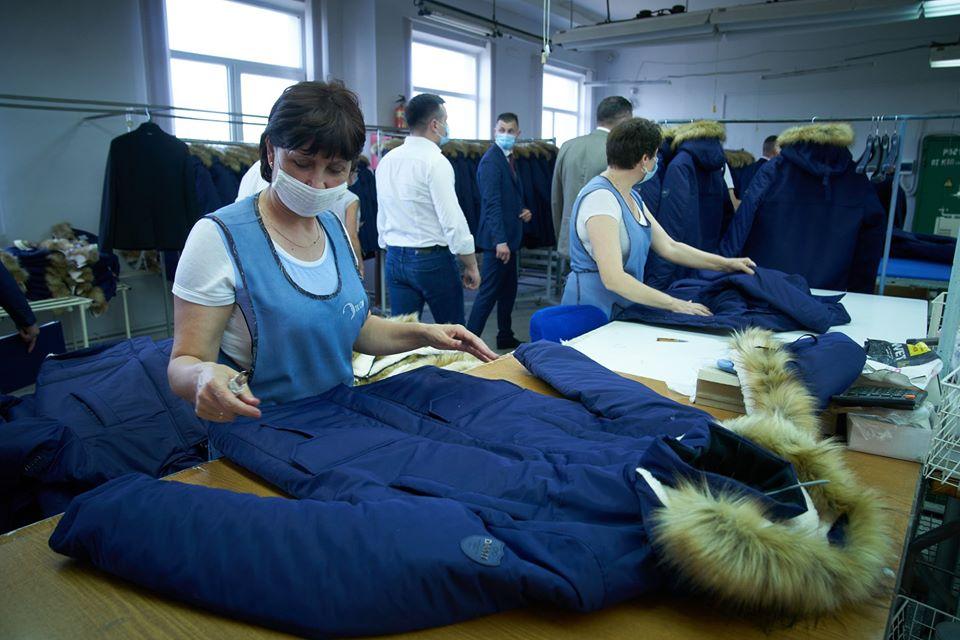 Зеленський відвідав фабрику, яка шиє захисний одяг для медиків