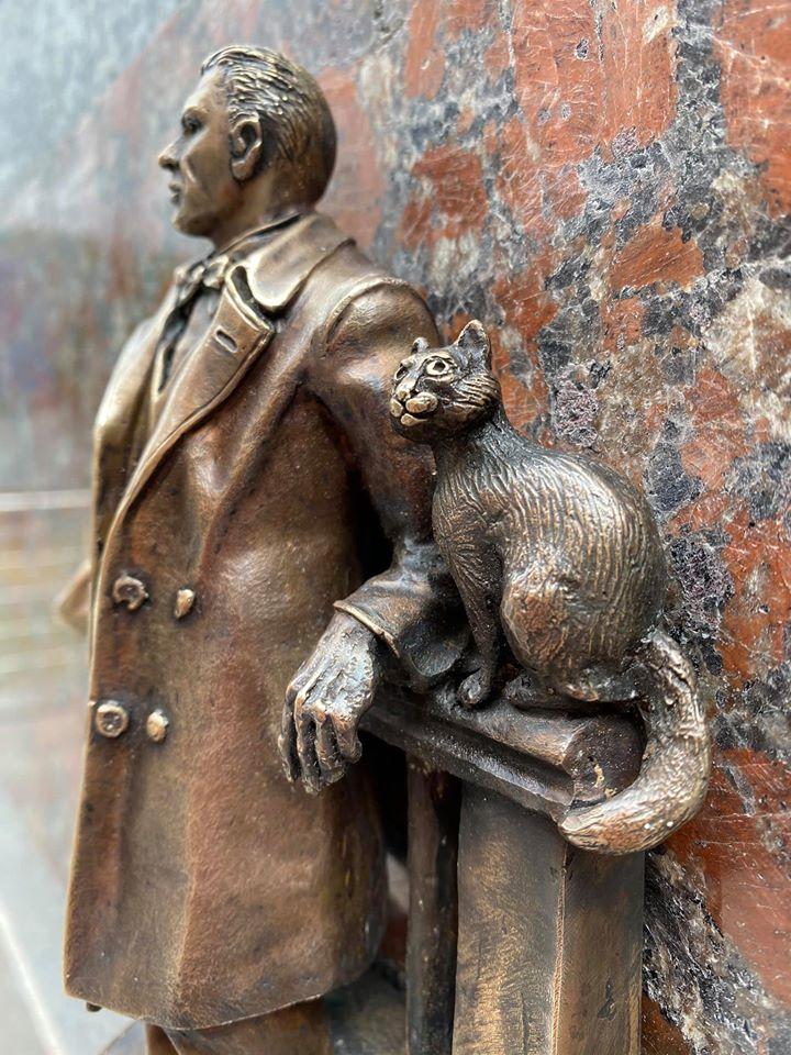 у Києві з'явилася скульптурка Булгакова
