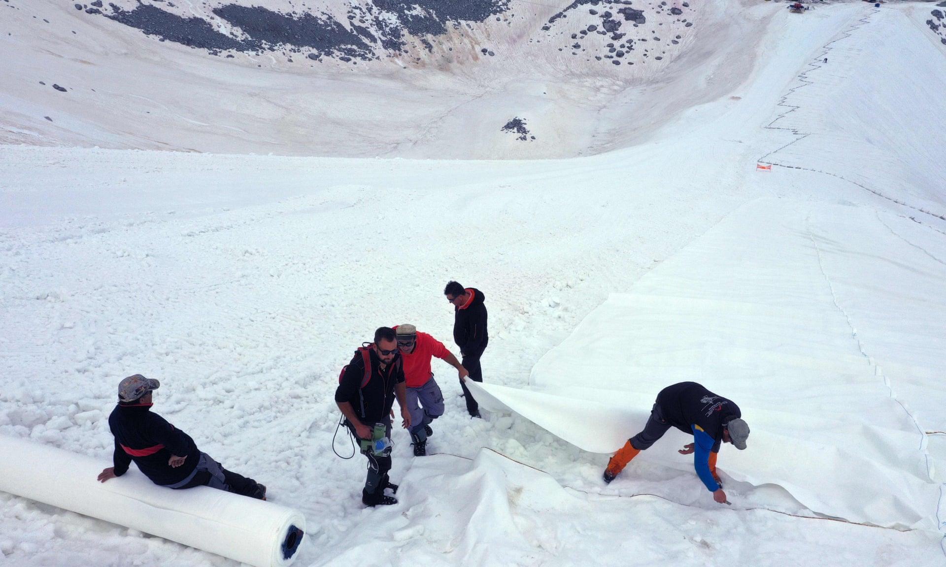 У горах Італії льодовик накривають брезентом, щоб він не танув