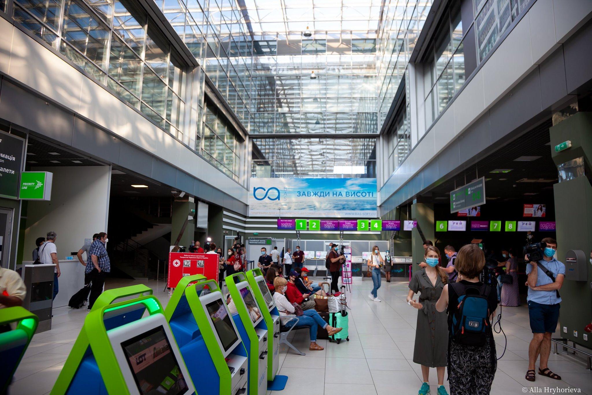 Перші туристи полетіли з України за кордон після відновлення авіасполучення