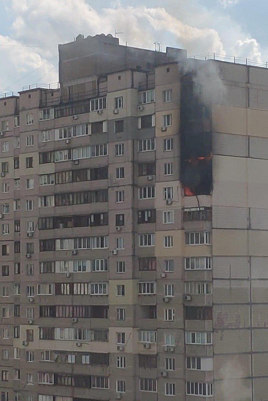 На Позняках поруч із будинком, де стався вибух, горить багатоповерхівка