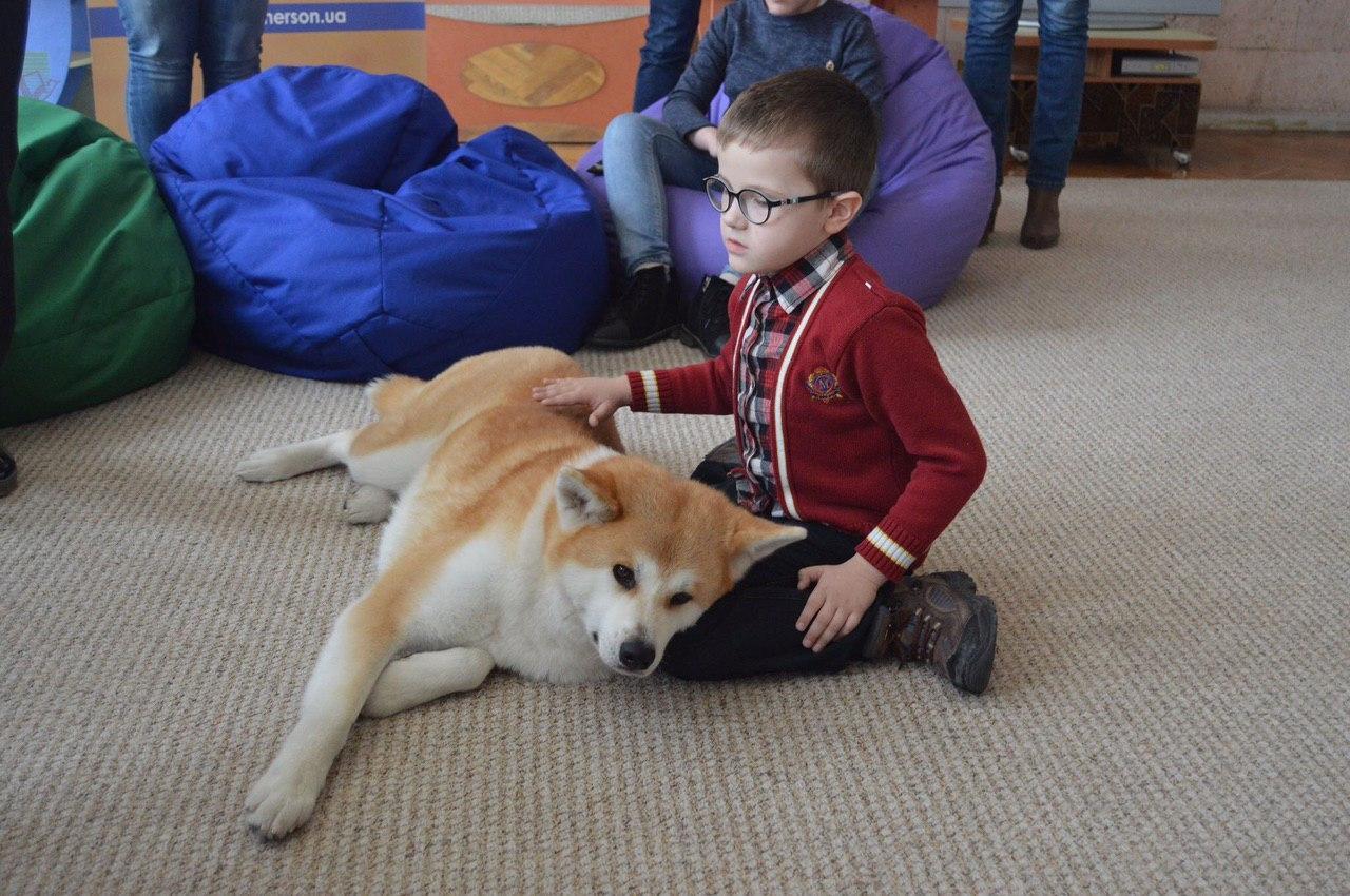 Собака-терапевт: як у Херсоні бібліотека впроваджує каністерапію