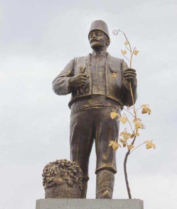 у селі Залізничне Болградського району на Одещині пам'ятник Леніну