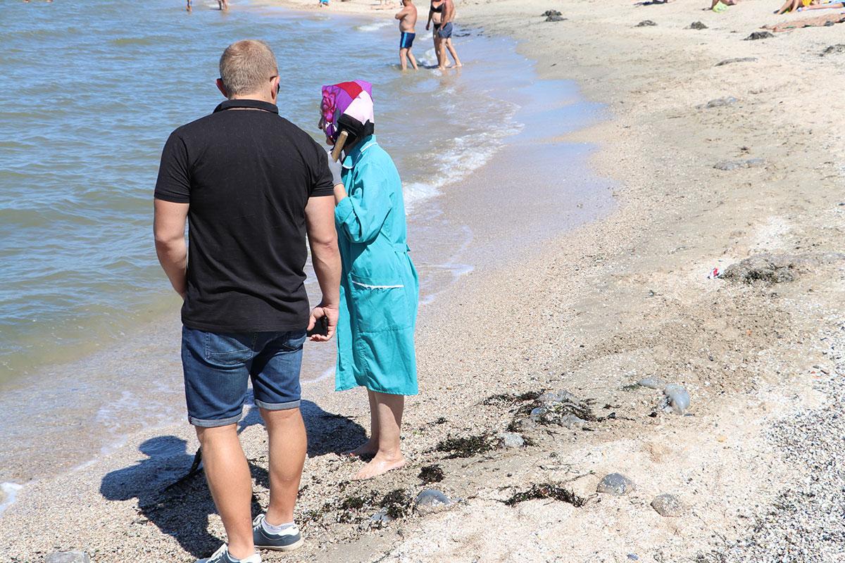 75-летняя пенсионерка в Бердянске каждый день бесплатно выходит чистить берег