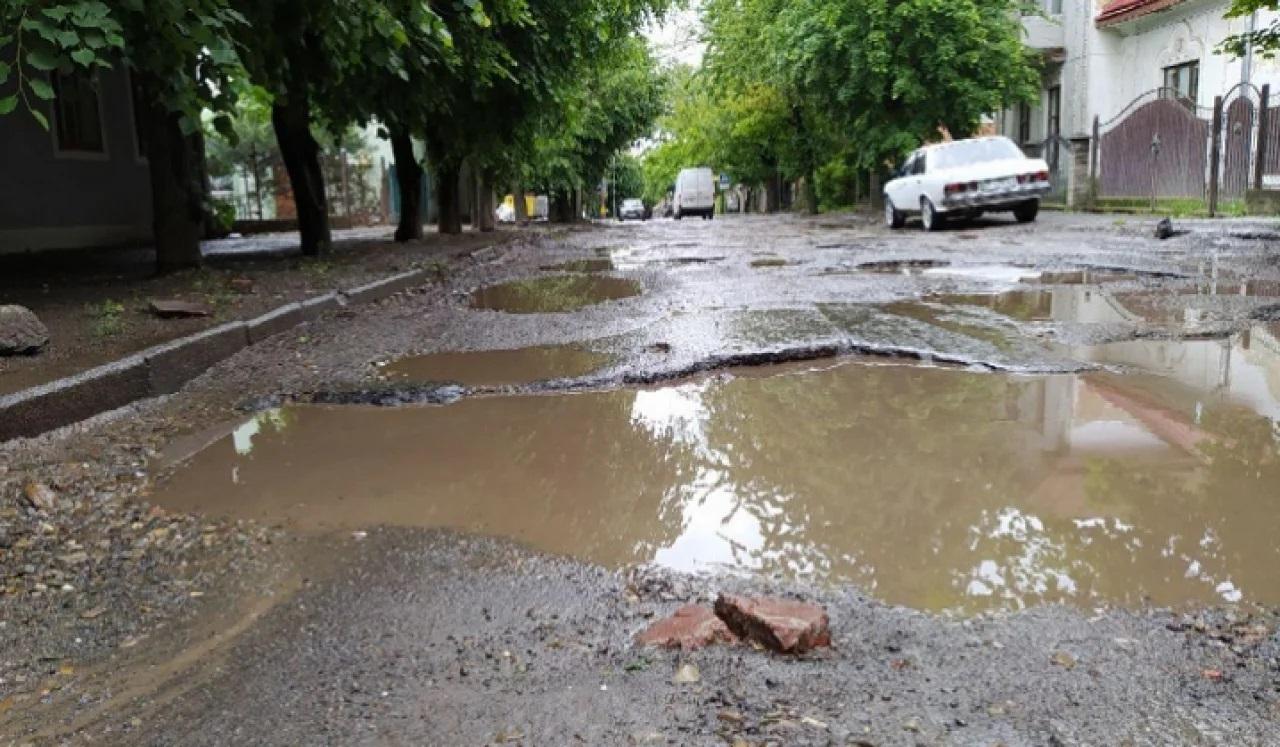 У мережі показали відео ранкової пробіжки Зеленського вулицями Чернівців