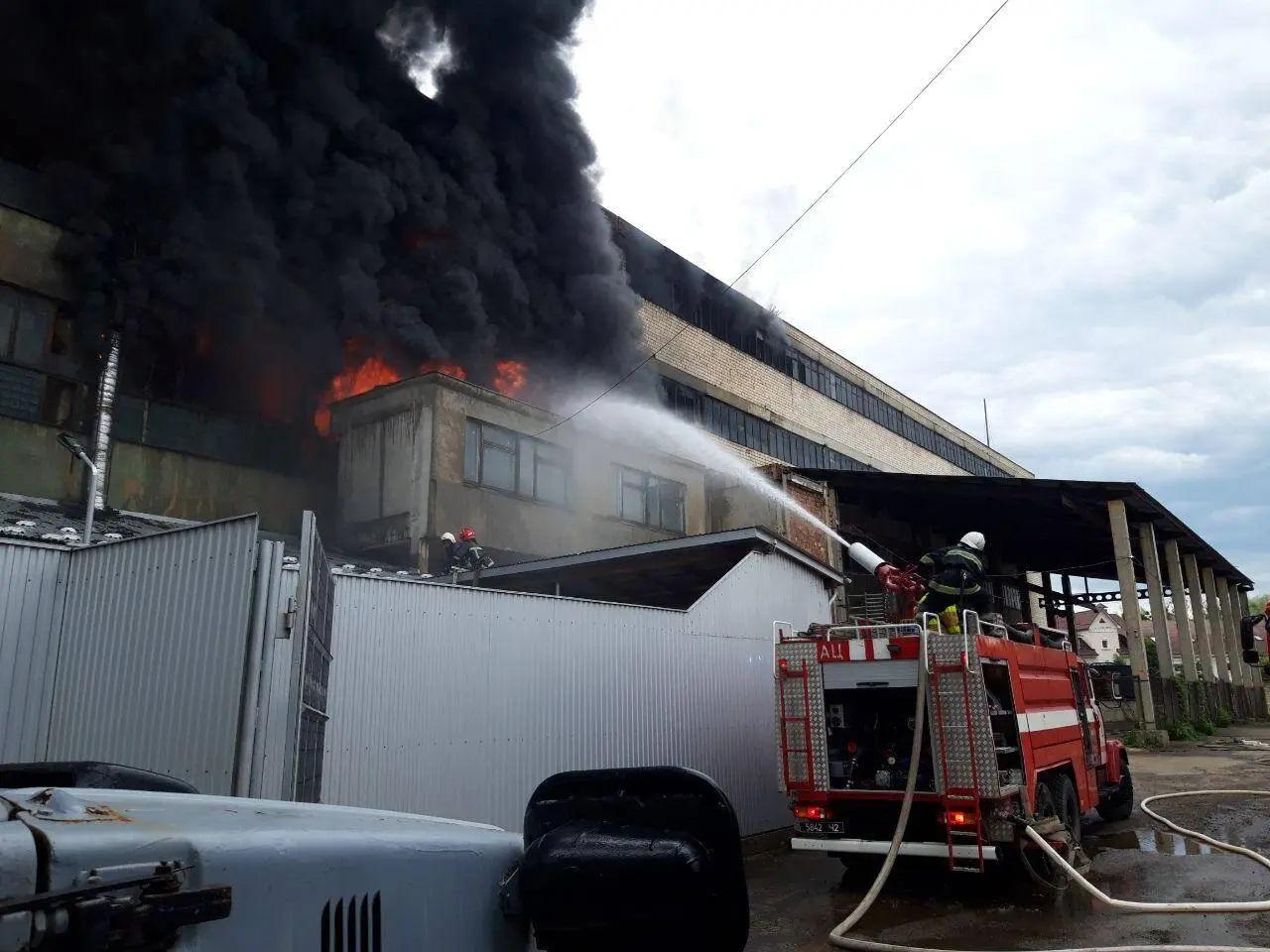 У Чернівцях спалахнула масштабна пожежа на фабриці гумових виробів і полімерних труб