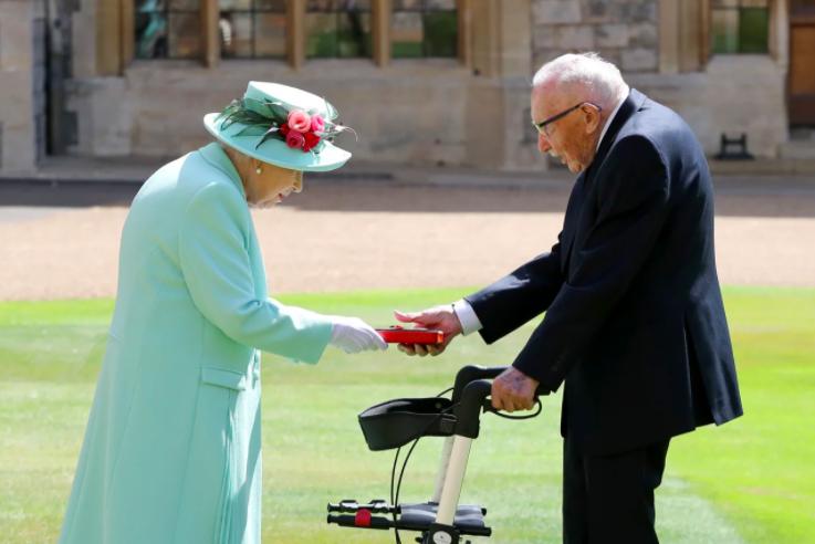 Єлизавета II посвятила в лицарі 100-річного ветерана війни, який збирав гроші для медиків