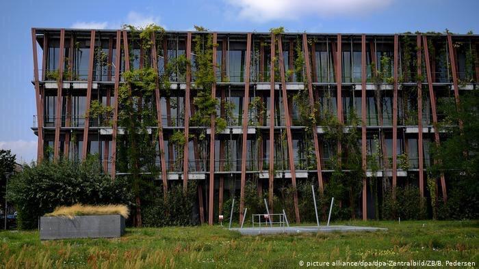Новобудови в районі Адлерсхофі: дощова вода накопичується на даху і повільно стікає по фасаду