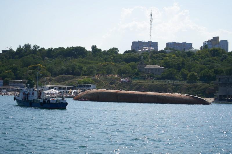 Зеленський просить прибрати затонулий в Одесі танкер Delfi
