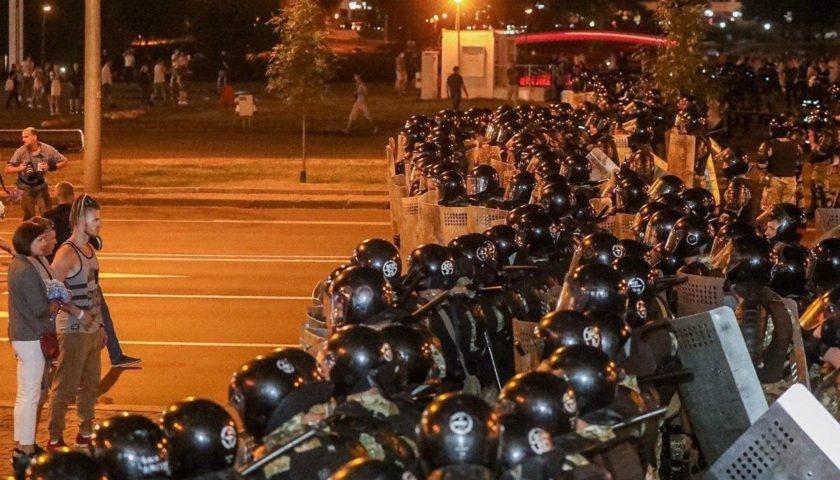 Білорусь: Демонстранти в Мінську будують
