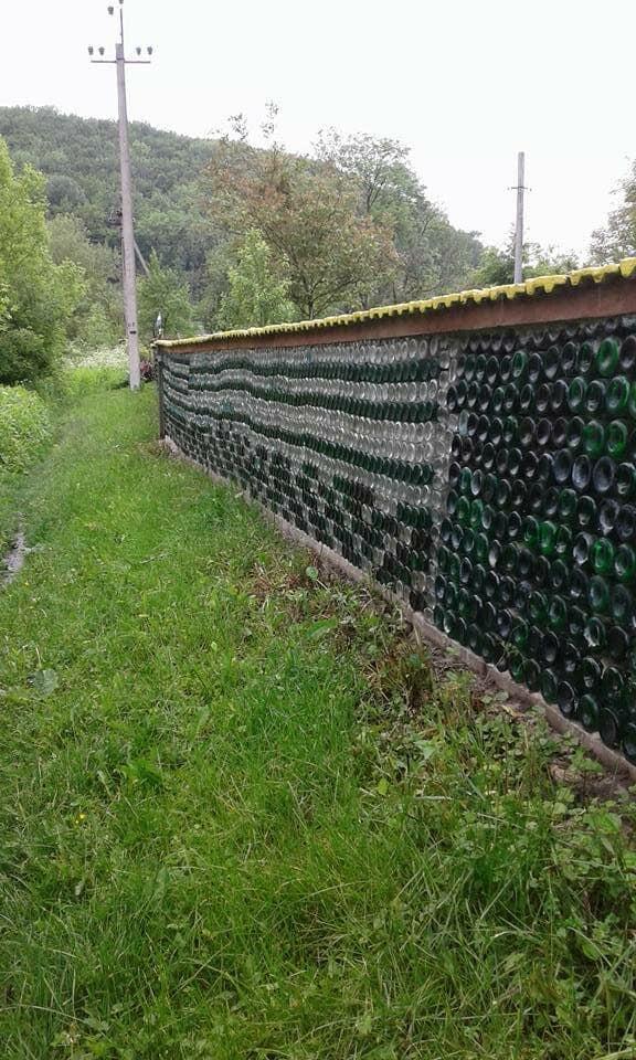 На Прикарпатті майстер зробив з пляшок цілий паркан