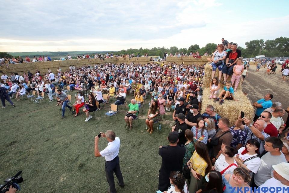 На Харківщині посеред поля виступив оркестр філармонії