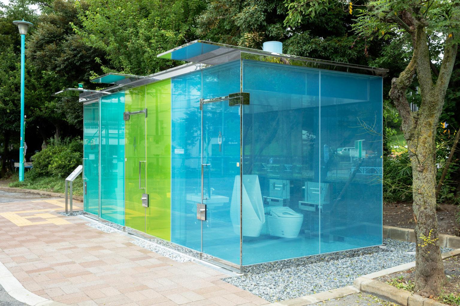 У Токіо встановили прозорі туалети