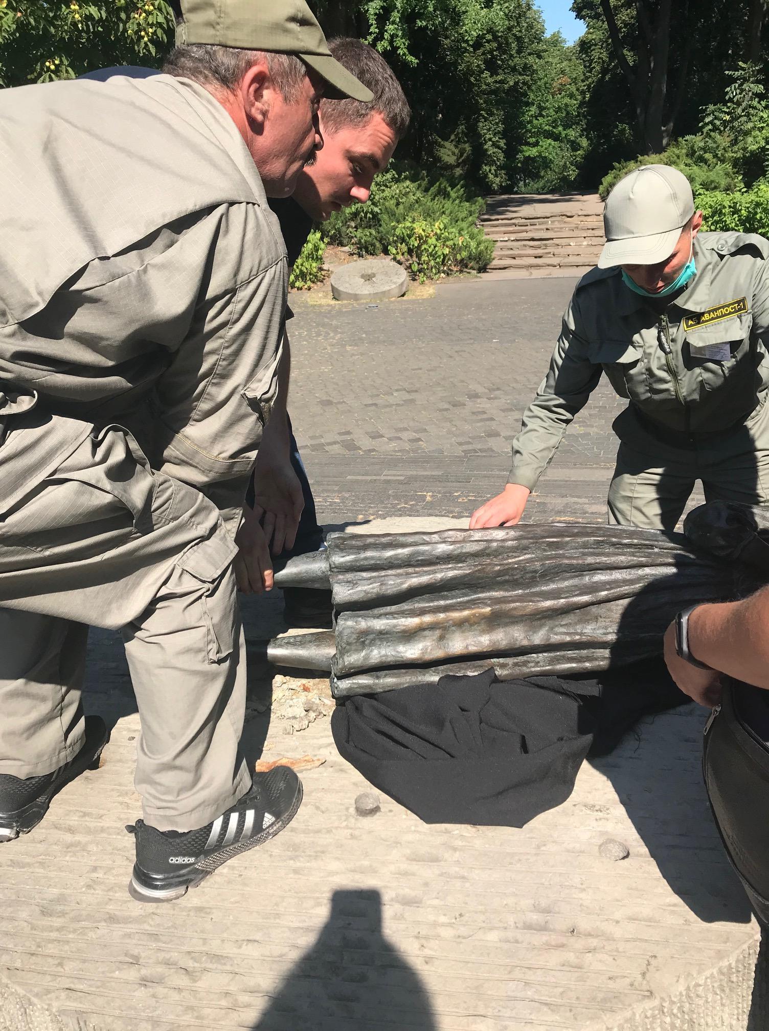 Троє невідомих намагалися зруйнувати скульптуру