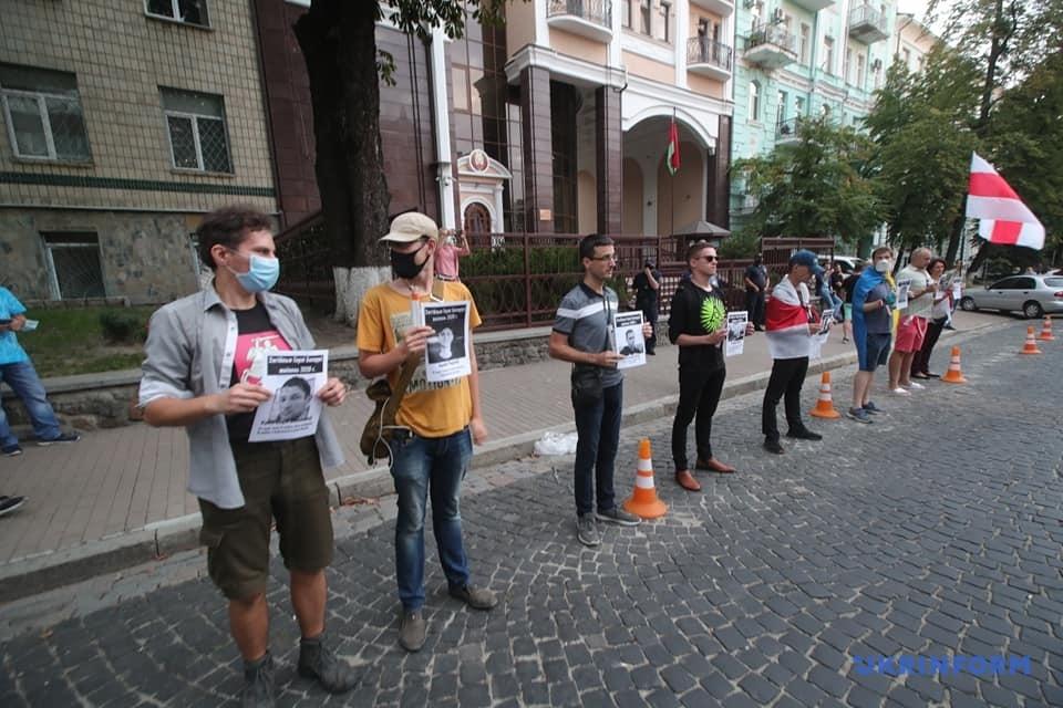 Вимагають звільнити політв'язнів та провести виборі: у Києві проходить акція на підтримку білорусів