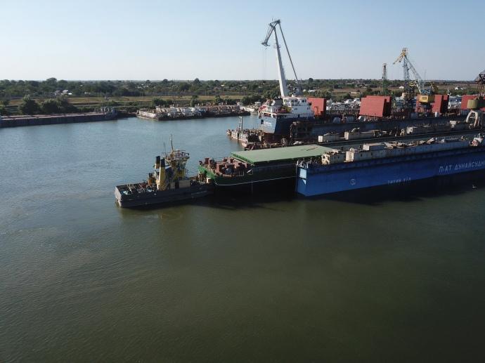 На Одещині спустили на воду найбільшу баржу в Україні