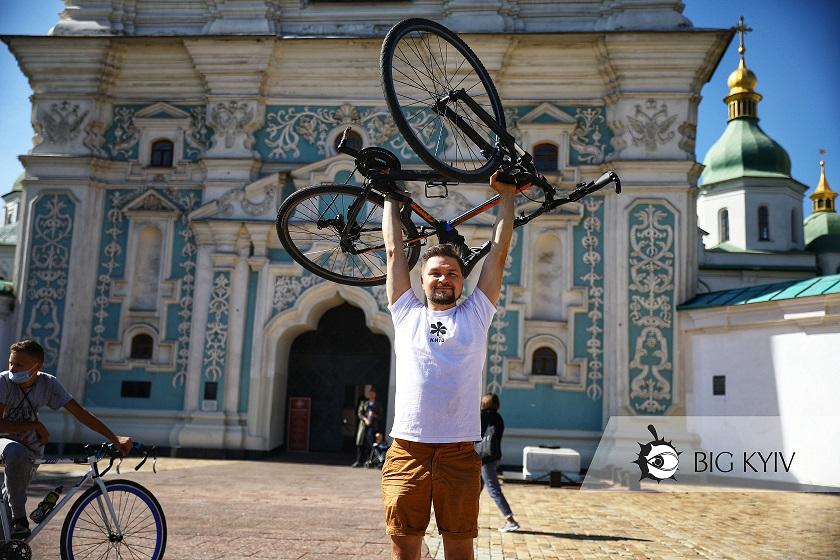 Лежали на Софійській площі і посміхались дронам: у Києві пройшов незвичний велофлешмоб