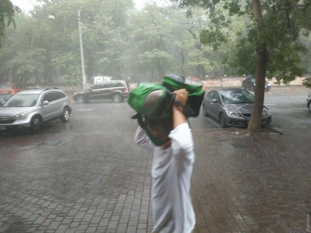 Затоплені вулиці та поламані дерева: в Одесі сталася потужна злива