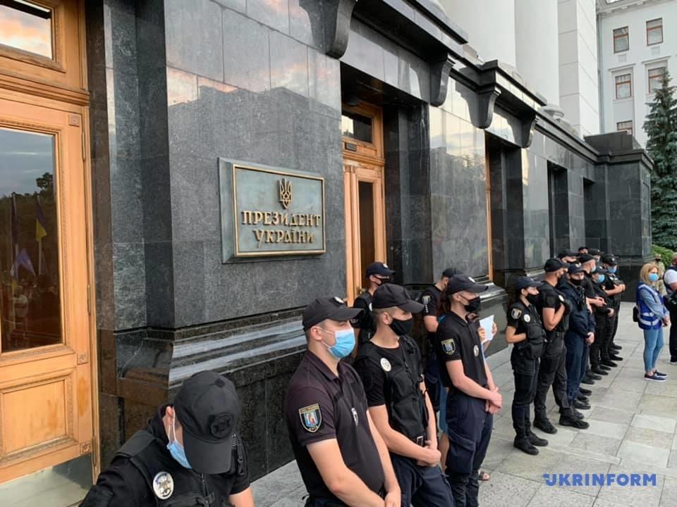 Під офісом Зеленського проходять акції протесту через ситуацію на Донбасі: фото, відео
