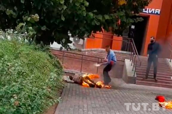 У Білорусі невідомий чоловік біля будівлі міліції скоїв акт самоспалення
