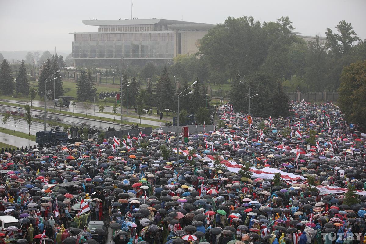 протестанти в мінську під дощем