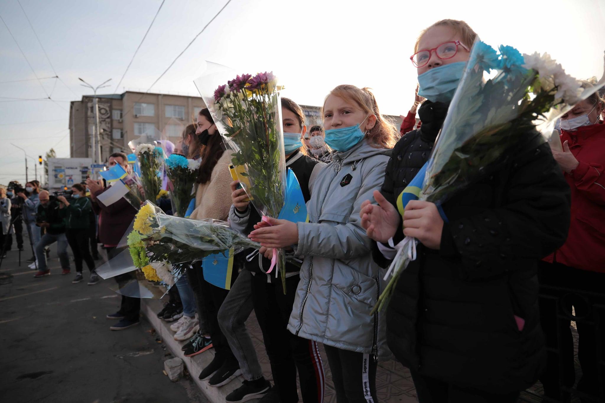 У Луганській області з квітами та оплесками проводжали рятувальників, які боролися з пожежами