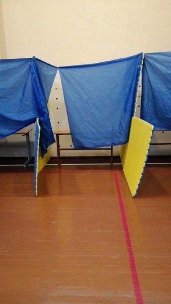В Житомирі не вистачає кабінок для голосування
