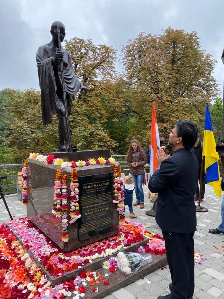 У Києві відкрили пам'ятник Махатмі Ганді