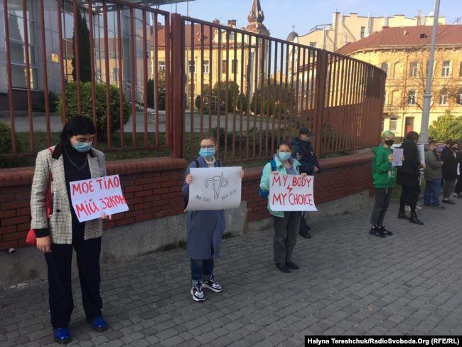 У Львові жінки вийшли на акцію солідарності проти заборони абортів у Польщі