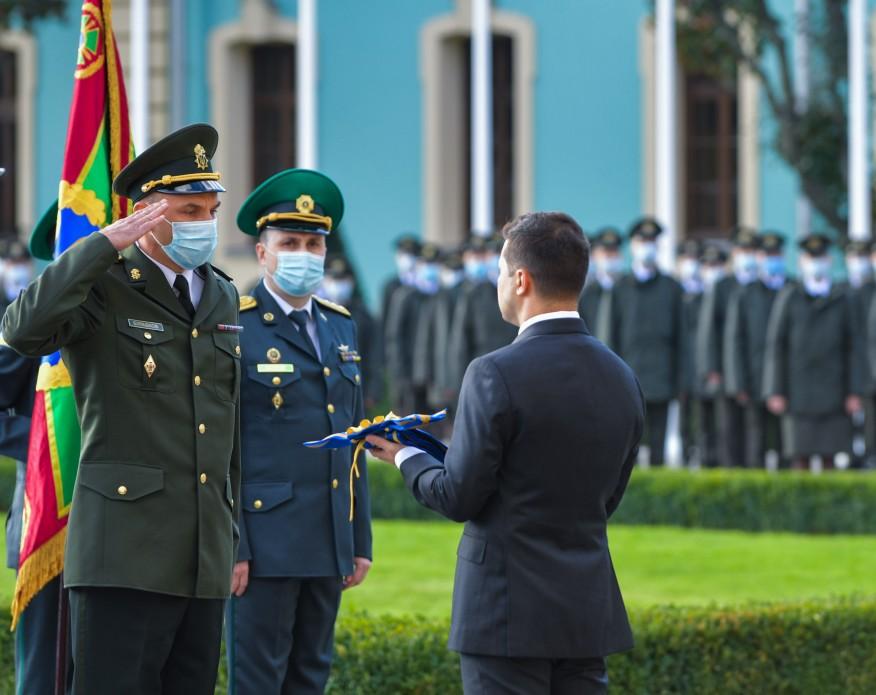 президент нагороджує військових