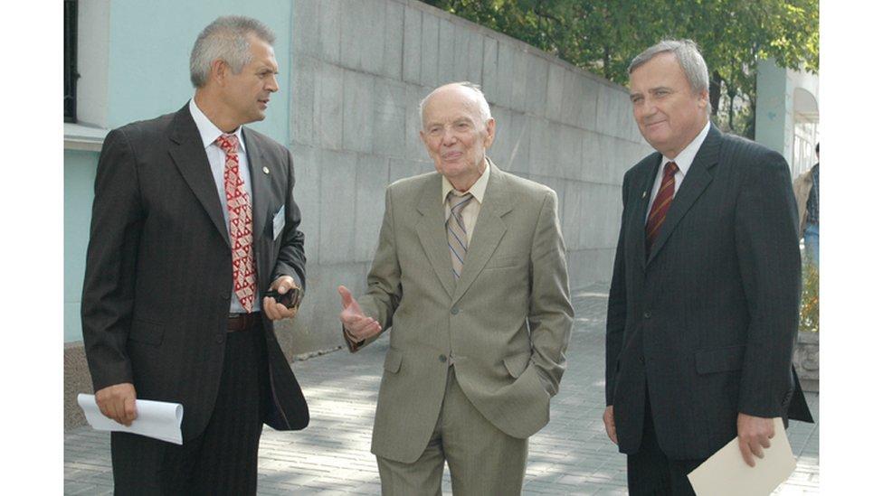 Анатолій Загородній (справа) став наступником президента НАН Бориса Патона (по центру) після його смерті