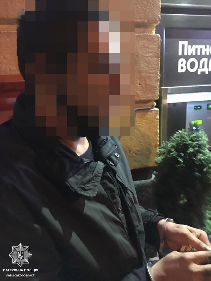 Поліцейська зі Львова повернула вкрадений iPhone, переконавши грабіжника, що віддасть за нього винагороду