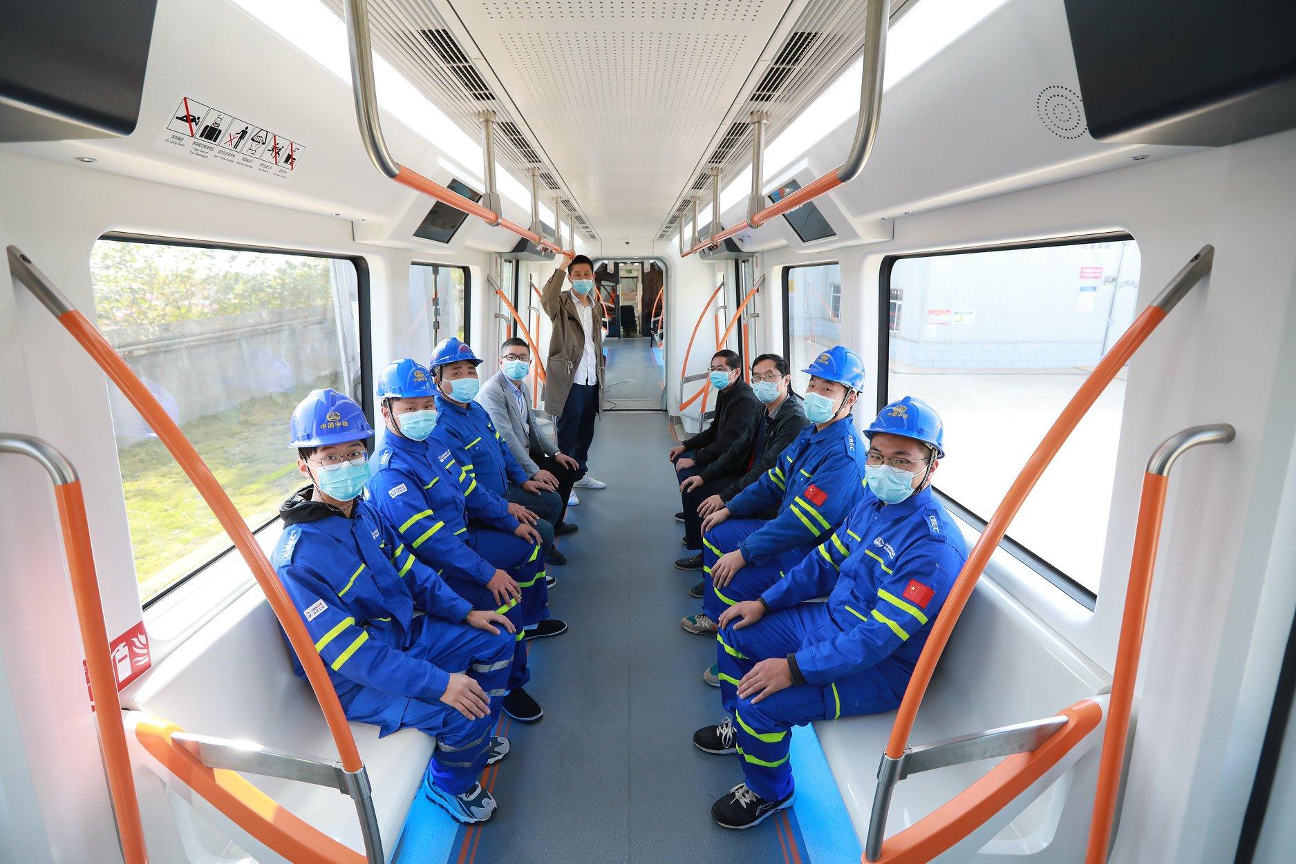 У Китаї відбулися успішні випробування першого безпілотного підвісного потяга: фото