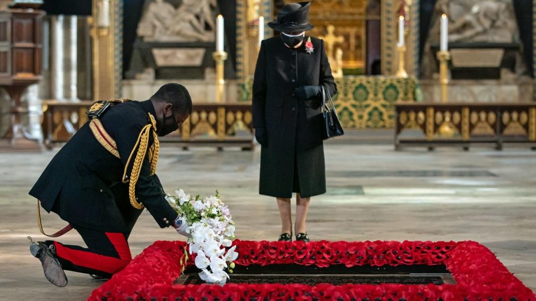 Вперше з початку епідемії: королева Британії з'явилась на публіці у захисній масці