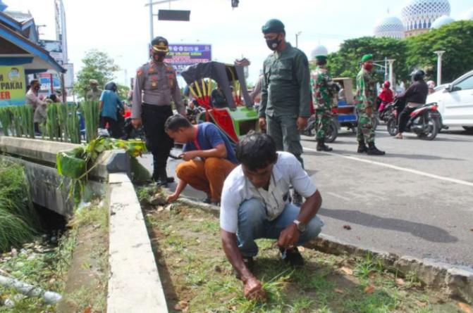 В Індонезії придумали, як карати тих, хто відмовляється носити маски і не хоче платити штраф