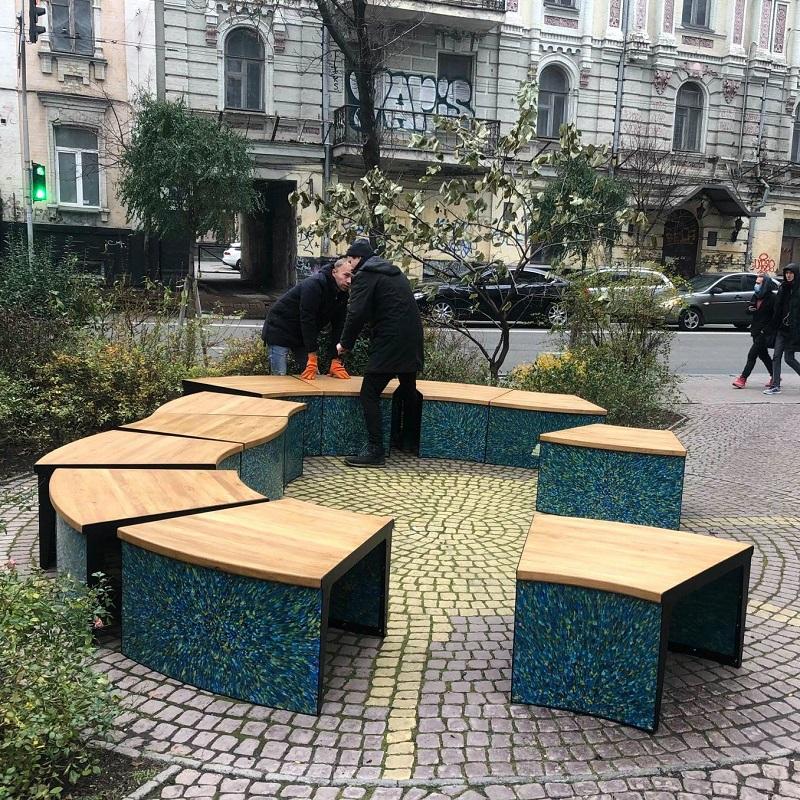 У Києві встановлюють лавиці з переробленого пластику: фото