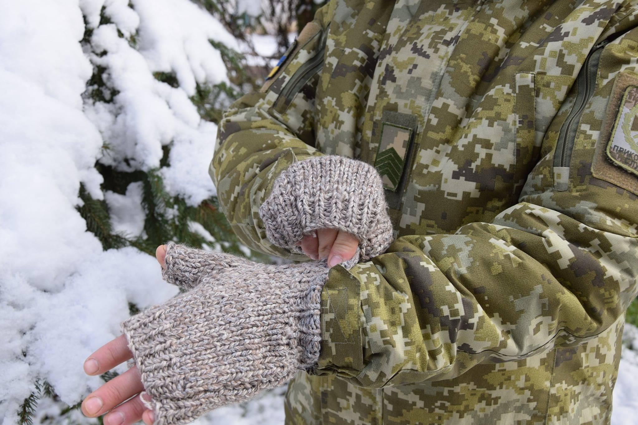 62-річна волонтерка, яка втратила зір ще у дитинстві, вже 6 років в'яже рукавички захисникам України