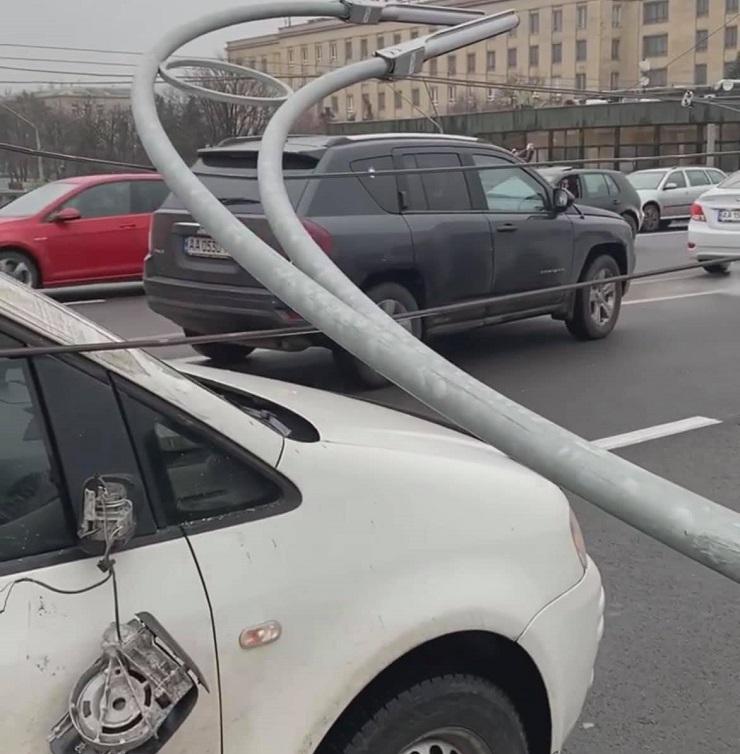 На Шулявському шляхопроводі обвалилися три електроопори