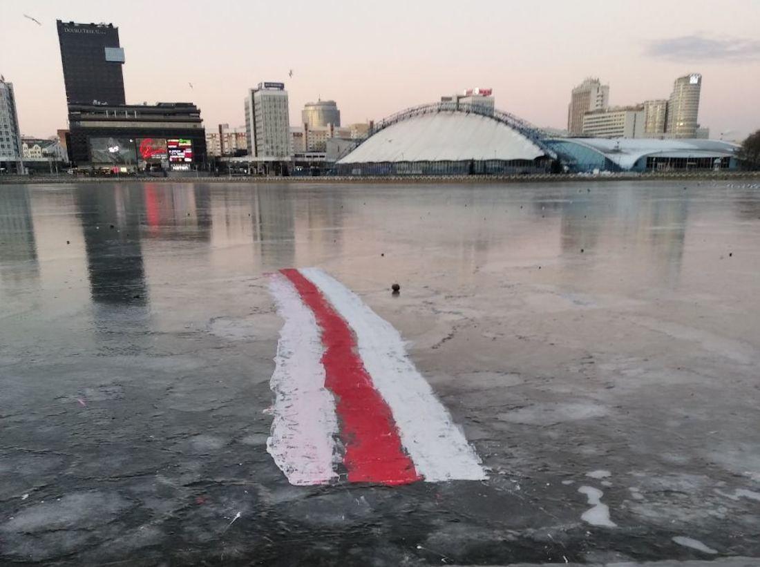 Крижаний біло-червоно-білий прапор у Мінську