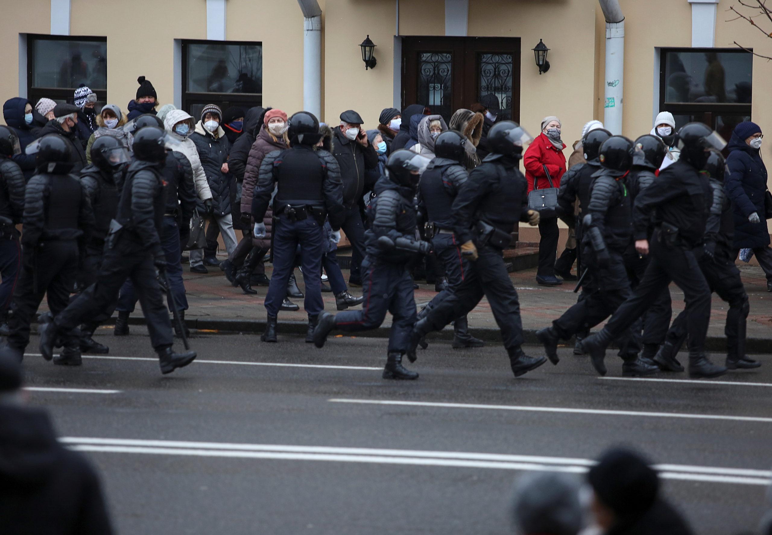 У Мінську під час протестів затримали понад 300 людей: фото